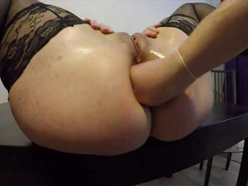 Anal Fisting – First anal fisting matures with huge labia