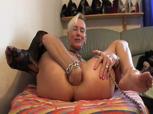 Close Up – Crazy skinny mature stretching solo her anal hole