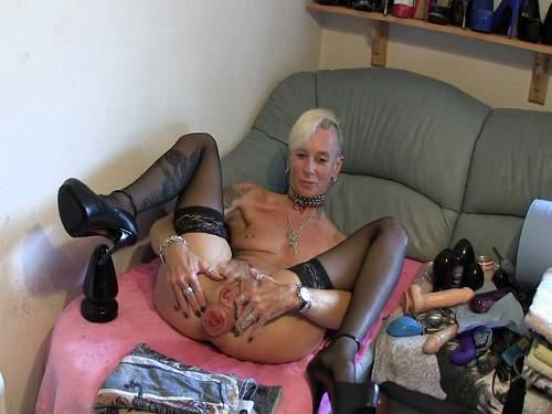 Close Up – Colossal plug rides perverse tattooed mature webcam
