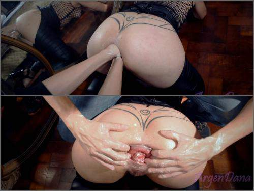 Closeup – Big ass MILF gets double fisted in doggy style and loose prolapse anus