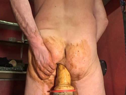 Smearing Scat – Amateur scat male gets very big dildo in his anal