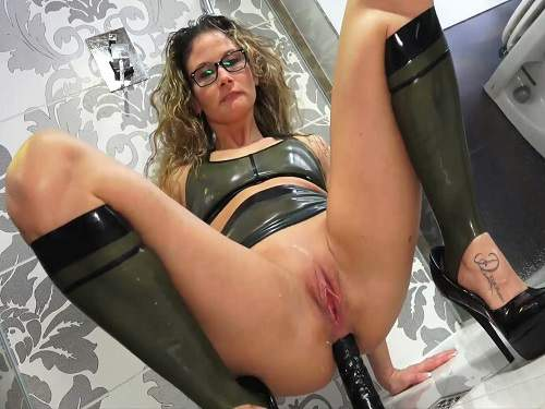 Close Up – Amateur Latex-Izzy dildo anal riding solo