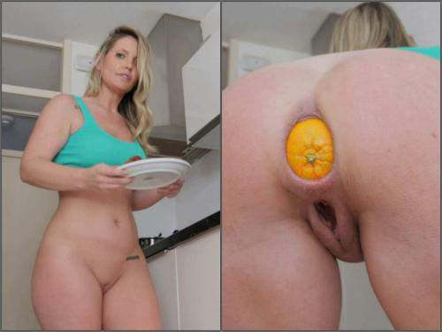 Anal – Helena Lana making breakfast with orange in her ass in the kitchen