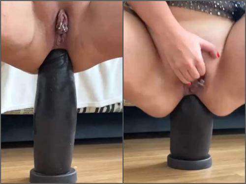 Webcam – WIfe with piercing labia gets big black dildo in rosebutt