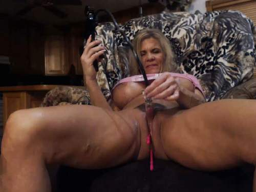Close Up – Fake tits MILF musclemama4u big clit pump and plug anal