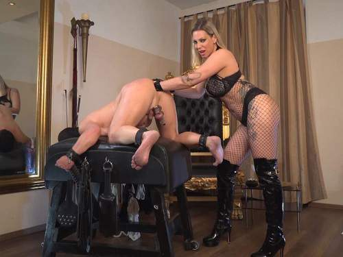 Boots Fetish – German mistress Aurora Nia Knoxx fisting to slave