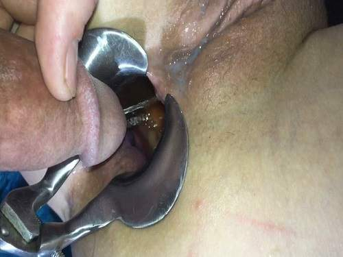 Closeup – LilySkye gets peeing in her speculum anal gaping hole