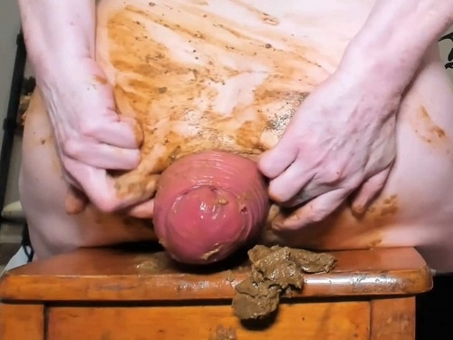 Scat Prolapse – The MILF gave a shit on a wooden chair and showed anal prolapse during this